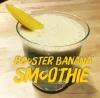 presentation du booster banana smoothie dans un verre avec un morceau de mangue en décoration
