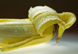 banane épluchée avec intérieur de la peau apparent